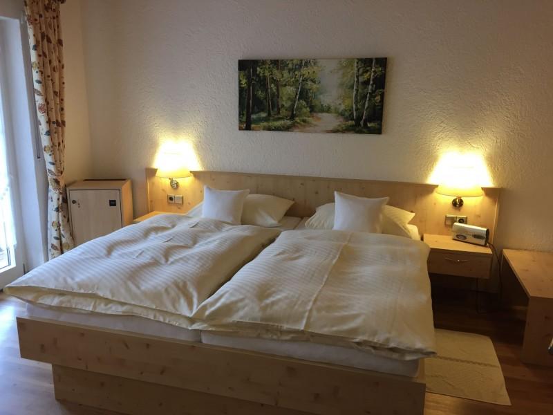 Doppelbett_Zimmer.jpg