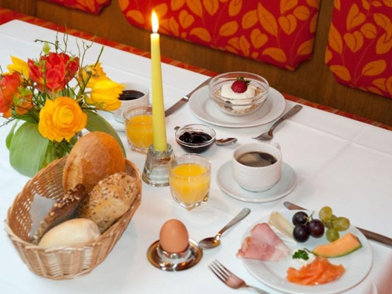 fruehstueck-tisch-restaurant-hotel-loewen.jpg